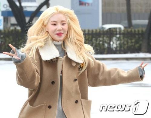 Xuất hiện sáng nay, Joo E nổi bật với mái tóc vàng chóe, cùng kiểu chạy tung tăng không giống ai.