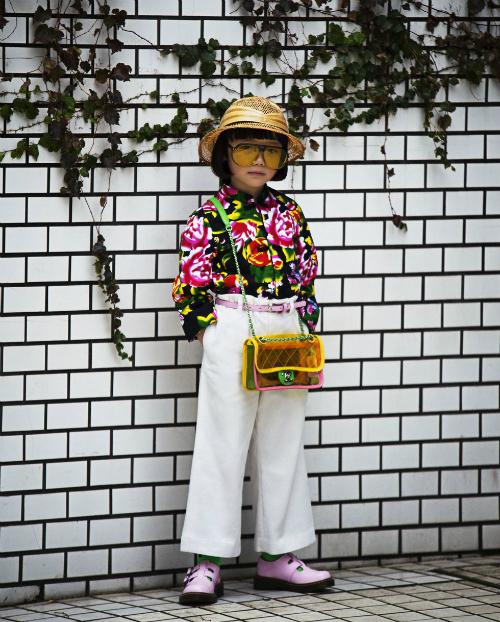 Coco phối set quần áo vintage vớigiày Dr.Martens,kính của Dior và túi Chanel