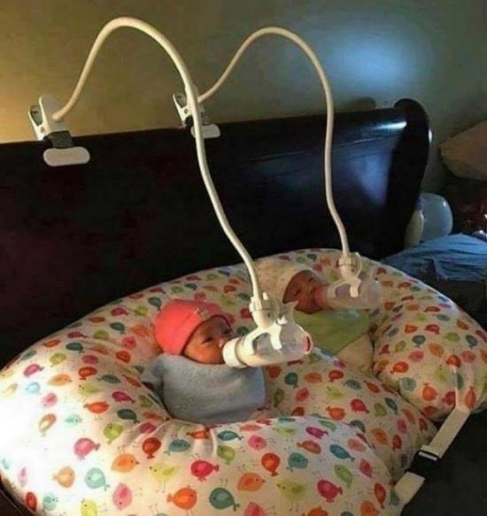 Giá đỡ điện thoại giờ đây đã trở thành bàn tay cầm bình sữa cho bé.