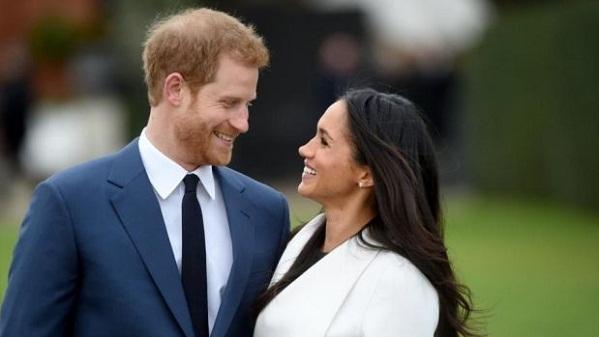 Hoàng tử Harry và vợ sắp cưới không ngại trao nhau những cử chỉ tình tứ trước truyền thông.