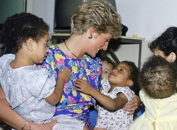 Công nương Diana được đông đảo người dân yêu mến vì những hoạt động thiện nguyện.