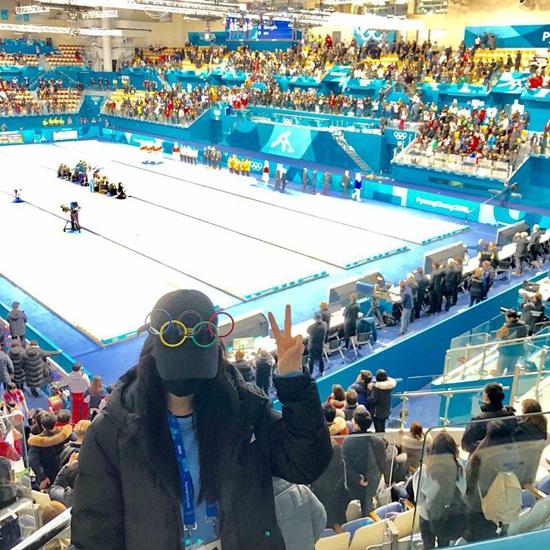 Seol Hyun đeo khẩu trang kín mít khi đi xem thể thao.