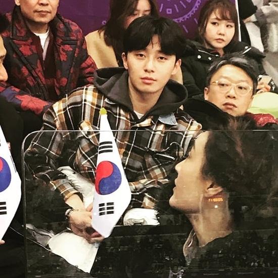 Các khán giả có dịp ngồi gần và chụp được ảnh mỹ nam Park Seo Joon ở trận đấu Olympic.
