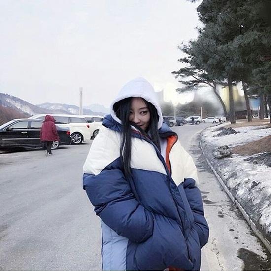Cô nàng Hyo Min cực áo bông to sụ, tạo dáng ở khu thi đấu Peong Chang đầy tuyết.