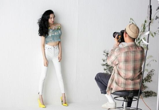 Nữ ca sĩ thường xuyên chụp ảnh tạp chí khoe đôi chân hoàn hảo.