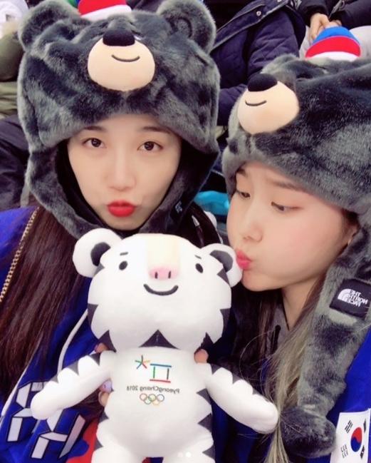 2 thành viên Apink  Eun Ji và Cho Rong còn chụp ảnh chu môi với linh vật của Olympic.