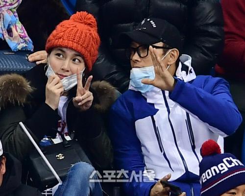 Cặp vợ chồng Lee Byung Hyun  Lee Min Jung hâm nóng tình cảm bằng cách đi xem thể thao.