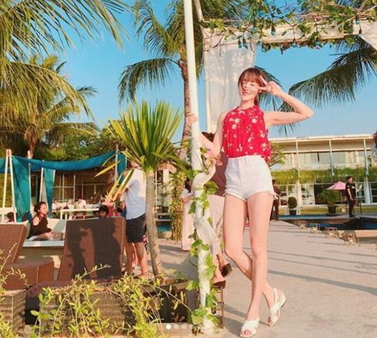 Một chiếc quần short giúp nữ ca sĩ khoe trọn làn da trắng, đôi chân gợi cảm.