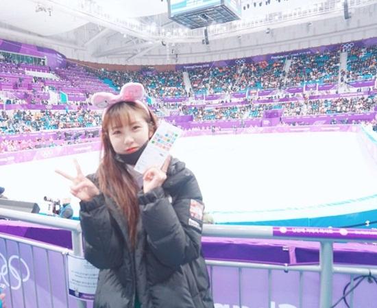 Hyo Sung đáng yêu hết nấc khi đeo băng đô hồng, chụp ảnh kỷ niệm ở sân trượt băng.