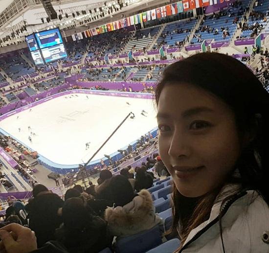Kang Sora chọn chỗ khá cao để theo dõi những trận đấu căng thẳng của môn trượt băng tốc độ.