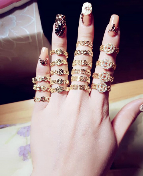 Không cần nhìn cũng biết chủ nhân của bàn tay này rất xinh đẹp.