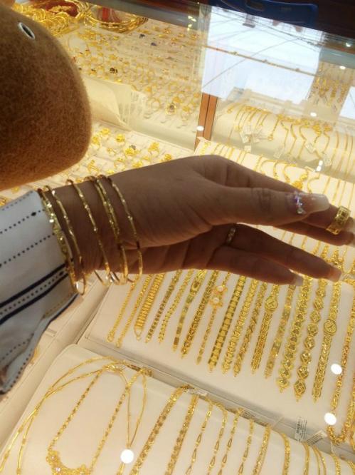 Làm cái ảnh check-in cho thiên hạ biết mình đang ở tiệm vàng.