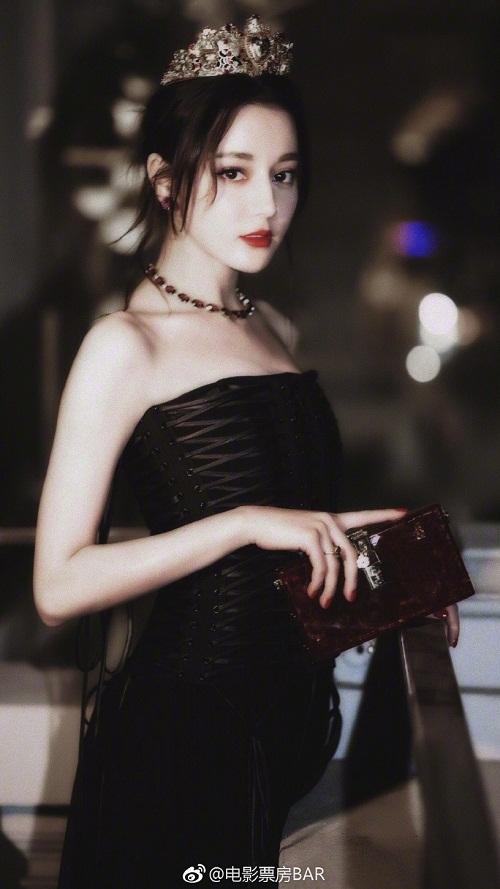 Cô diện mẫu váy cúp ngực màu đen, kết hợp cùng clutch và trang sức. Chiếc vương miện trên đầu khiến Địch Lệ Nhiệt Ba như một nữ hoàng.