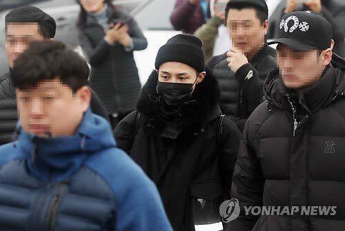 G-Dragon trùm kín từ đầu đến chân, chính thức nhập ngũ - 1