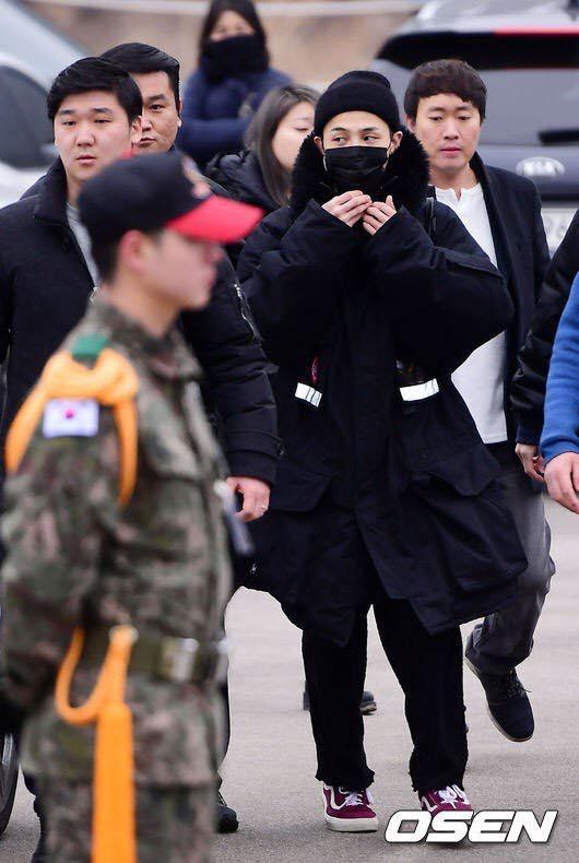 G-Dragon trùm kín từ đầu đến chân, chính thức nhập ngũ - 2