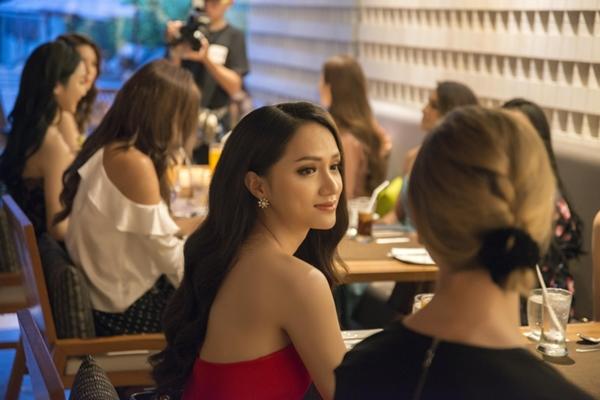 Hương Giang đọ sắc vóc với Hoa hậu chuyển giới Thái Lan