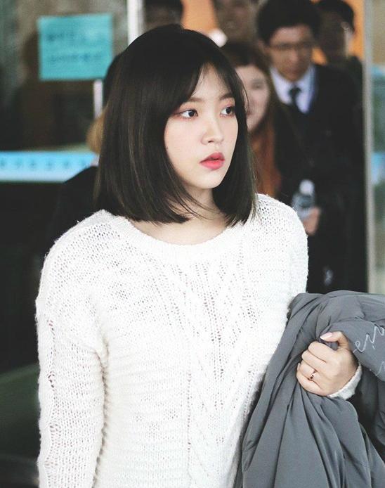 Yeri (Red Velvet) nổi tiếng với biệt danh thánh xã giao bởi có rất nhiều mối quan hệ trong showbiz Hàn. Cô nàng sinh ngày 5/3/1999.
