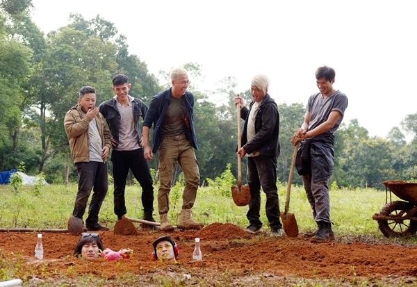 Phân đoạn Huy Khánh - Kiều Minh Tuấn bị giang hồ chôn sống trong phim.