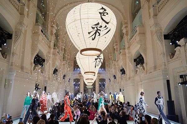Châu Bùi, Kelbin Lei nổi bật giữa dàn fashionista thế giới ở Paris - 7