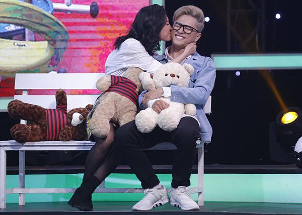 Bảo Kun bị cưỡng hôn trên sân khấu.