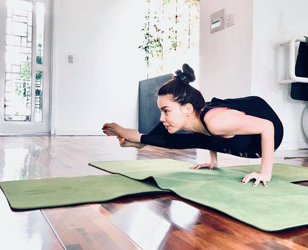 Sao Việt khoe dáng không mỡ thừa với những tư thế yoga đỉnh như làm xiếc - 9
