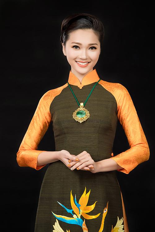 Cô gái có gương mặt đẹp nhất hoa hậu hoàn vũ nổi bật với tà áo dài đón xuân