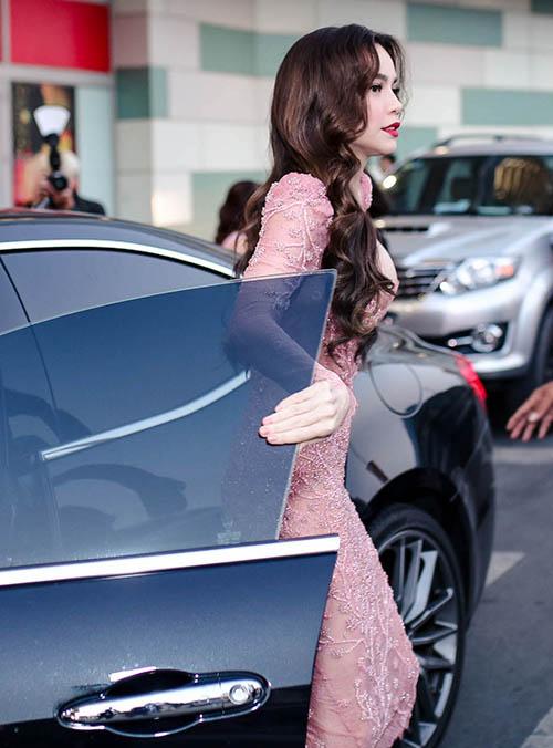 Hồ Ngọc Hà ôm hôn Kim Lý trong buổi ra mắt sản phẩm làm đẹp