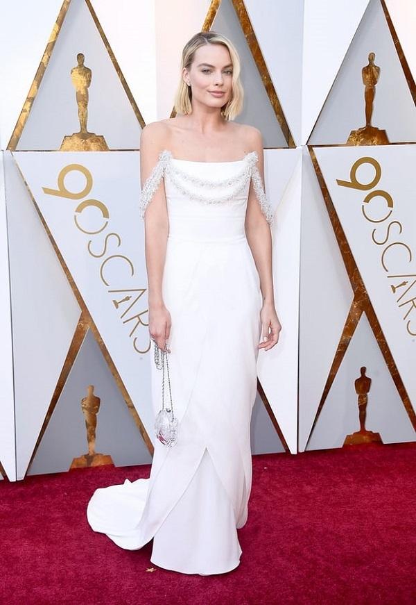 Mỹ nhân gợi cảm của Biệt đội cảm tử đẹp dịu dàng tinh tế với đầm trắng tinh khôi. Tại Oscar 2018, Margot Robbie là ứng cử viên nặng ký của giải thưởng Nữ diên viên chính xuất sắc nhất với vai diễn trong phim I, Tonya.