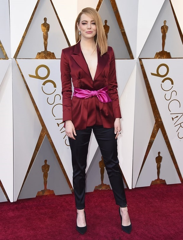 Không cần váy vóc là lượt, Emma Stone vẫn khí chất sang chảnh ngời ngời.