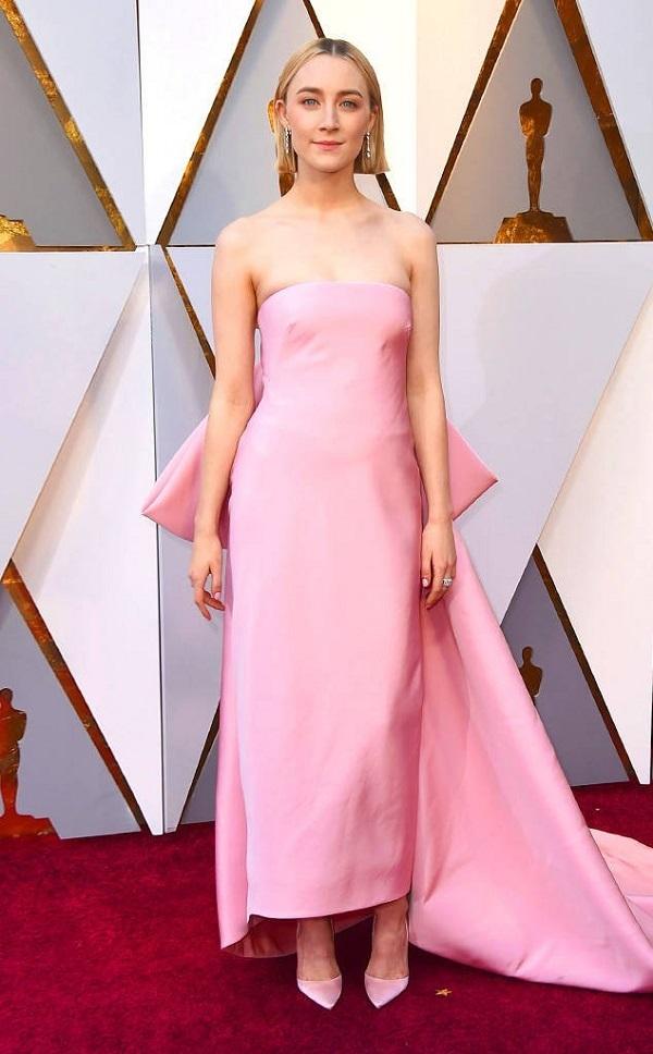 Ứng viên sáng giá cho hạng mục Nữ chính xuất sắc nhất Saoirse Ronan đẹp như thiên thần với váy hồng. Cô nàng đã có một vai diễn bứt phá trong phim Lady Bird.