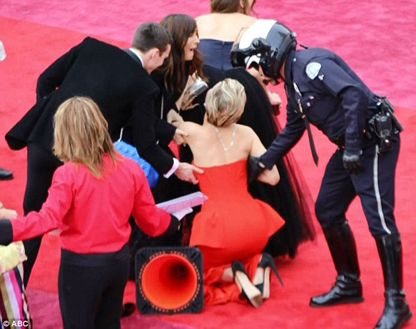 Jennifer Lawrence lại gây bão Oscar khi vén cao váy trèo qua ghế - 3