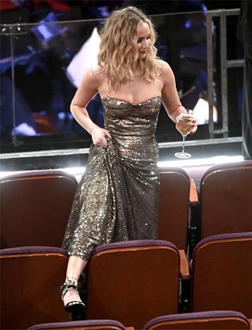 Jennifer Lawrence lại gây bão Oscar khi vén cao váy trèo qua ghế - 2