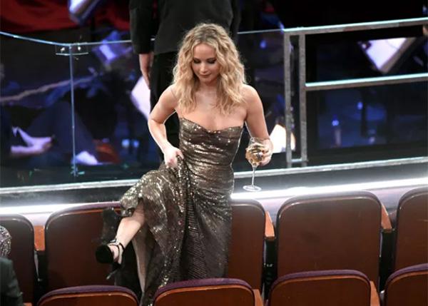 Jennifer Lawrence lại gây bão Oscar khi vén cao váy trèo qua ghế - 1