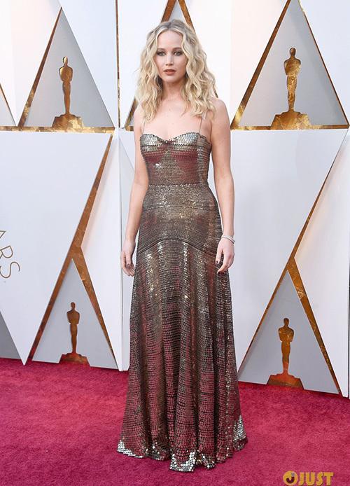 Jennifer Lawrence lại gây bão Oscar khi vén cao váy trèo qua ghế