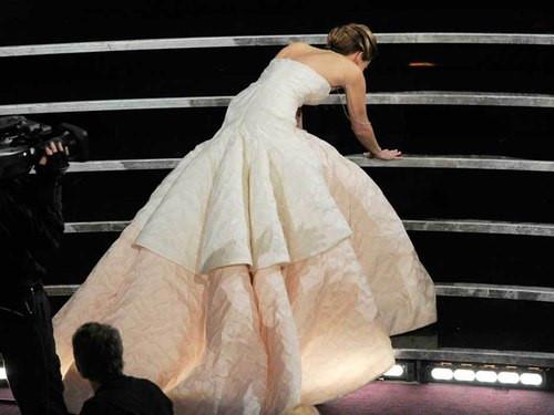 Jennifer Lawrence lại gây bão Oscar khi vén cao váy trèo qua ghế - 4