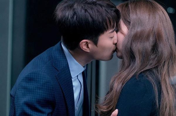 Kim So Hyun xấu hổ sau cảnh hôn với đàn anh hơn 10 tuổi - 1