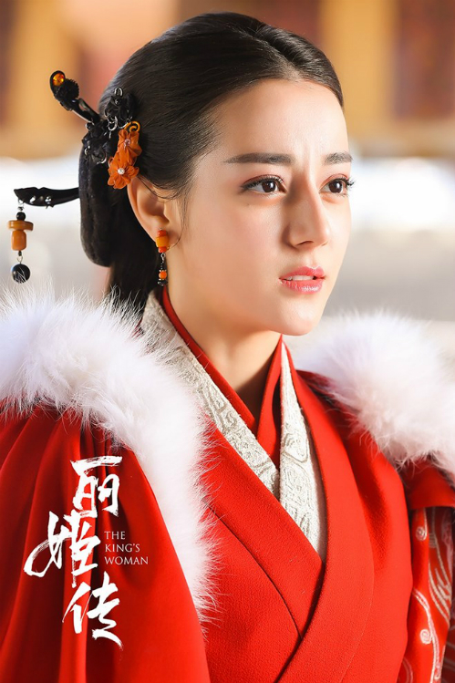 Địch Lệ Nhiệt Ba nhiều lần mặc váy đỏ trong Lệ Cơ Truyện .