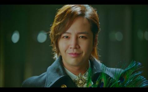Jang Geun Suk xuất hiện trongHoa du kývới vai trò khách mời. Mái tóc xoăn dài của anh chàng khiến khán giả nhớ đến anh chàng Hwang Tae Kyung trong Cô nàng đẹp trai.