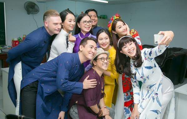 Diễm My - Hứa Vĩ Văn bị hàng trăm học sinh vây quanh pose hình - 5