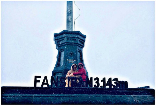 Ngọc và mẹ leo đỉnh Fansipan vào năm ngoái