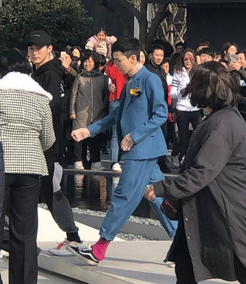 Hòa Minzy chơi hơn cả G-Dragon, giẫm gót giày 20 triệu không thương tiếc - 5