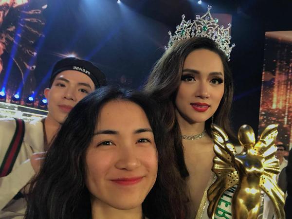 Hòa Minzy tranh thủ selfie cùng Hương Giang sau đăng quang.