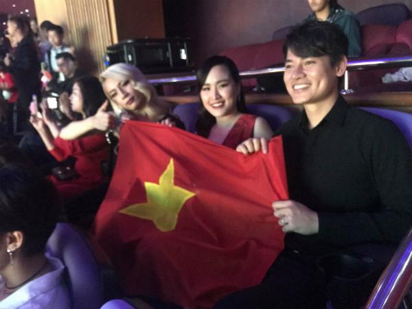Cờ đỏ sao vàng Việt Nam tung bay tại hội trường nơi diễn ra đêm chung kết.