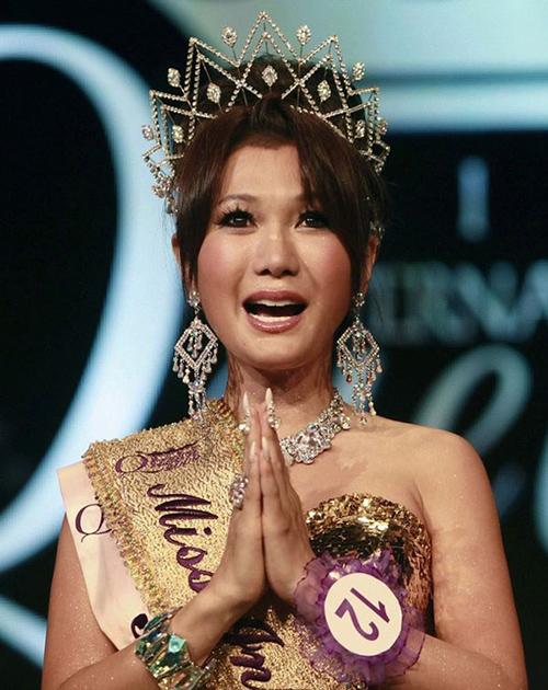 Ai Haruna - đại diện Nhật Bản đăng quang năm 2009 với đôi mắt rưng rưng hạnh phúc.