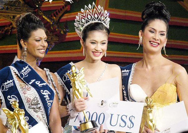 Nong Poy (Thái Lan) là nhan sắc đầu tiên bước lên ngôi vị Hoa hậu Chuyển giới Quốc tế. Cô nàng tên thật là Treechada Petcharat, đăng quang năm 2004. Thời khắc đăng quang cô nở nụ cười rạng rỡ và nhận được sự ủng hộ nồng nhiệt của khán giả.