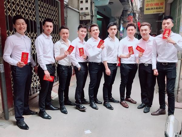 Dàn soái ca sơ mi trắng bê tráp trong đám hỏi của Khắc Việt