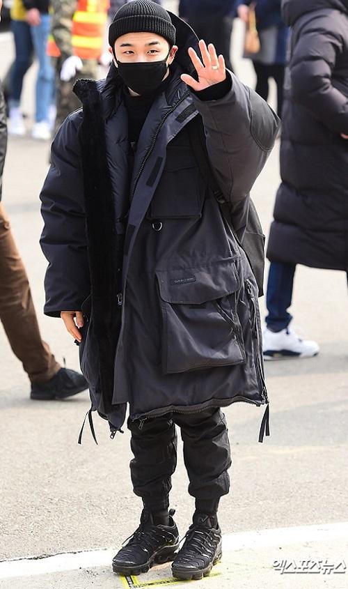 Nam ca sĩ cũng đội mũ và bịt khẩu trang kín đáo như người anh em G-Dragon.