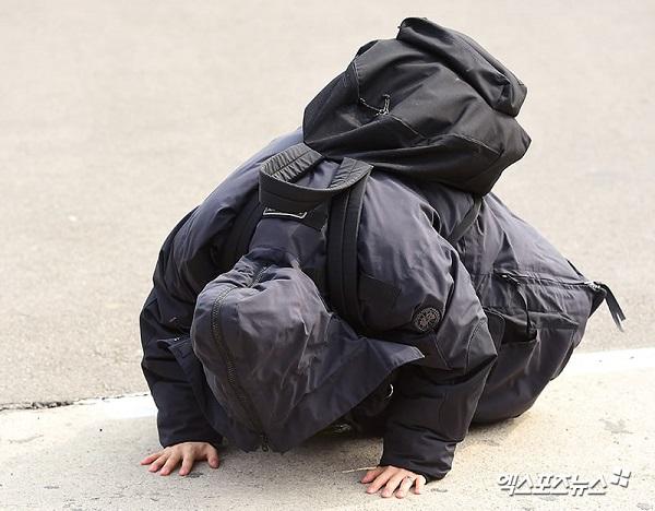 Tae Yang cúi đầu với người hâm mộ.