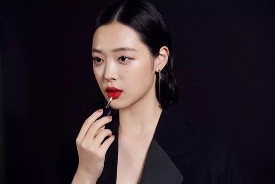 Sulli sở hữu làn da sáng mịn, giúp tôn lên vẻ đẹp của đôi môi với màu son nổi bật. Estee Lauder là một trong những thương hiệu son môi Sulli yêu thích.