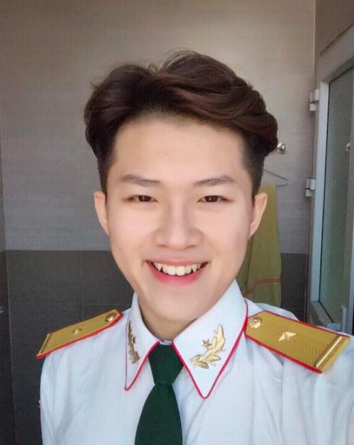 10x khoe nụ cười tỏa nắng trong quân phục
